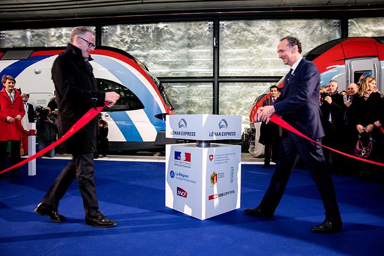 Messieurs Meyer (CFF) et Lacroix (SNCF) nouant les rubans de la cérémonie d'inauguration du Léman Express