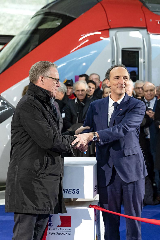 Messieurs Meyer (CFF) et Lacroix (SNCF) se serrant la main lors de l'inauguration du Léman Express