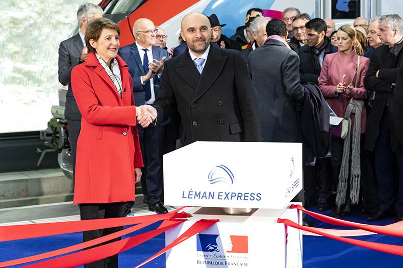 Madame Sommaruga et Monsieur Journès se serrant la main lors de l'inauguration du Léman Express