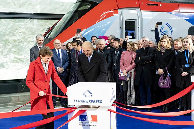 Madame Sommaruga et Monsieur Journès nouant les rubans lors de l'inauguration du Léman Express