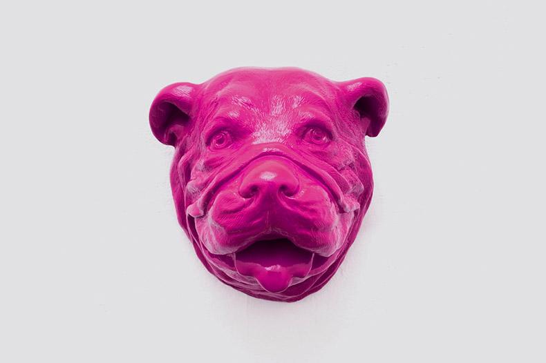 Tête de chien rose Fabbrik accroché au mur